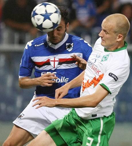 Giampaolo Pazzini (vlevo) ze Sampdorie Janov, hlavičkuje, vedle něj Petri Pasanen z Werderu Brémy.