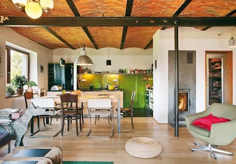 Vybavení místnosti tvoří především starý repasovaný nábytek