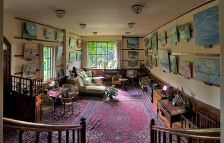 Obývací pokoj je zároveň rodinnou galerií