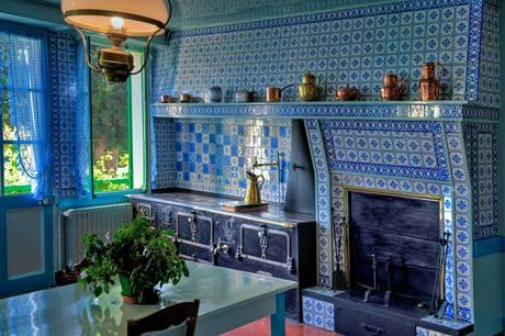Modrobílá mozaika připomíná vybavení kuchyní ve Středomoří