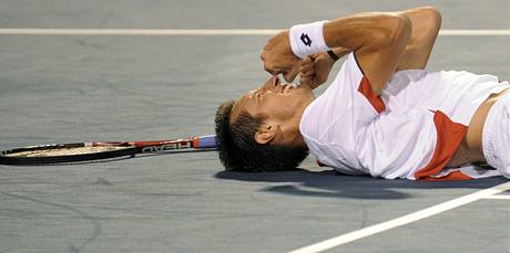 Ukrajinský tenista  Sergej Stachovskij si vychutnává pocit víěze turnaje v New Havenu.