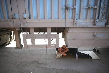 Čínští kamioňáci jsou zvyklí čekat, teď stáli v zácpě 11 dní
