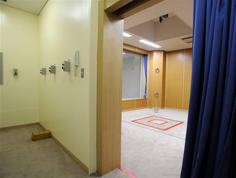 V místnost pro popravčí četu (vlevo) jsou tři knoflíky, které otevírají propadliště. Nikdo z čety nikdy neví, které tlačítko bylo aktivní (27. srpna 2010)