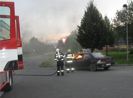 Hasiči hasí hořící auto u čerpací stanice v Olomouci.