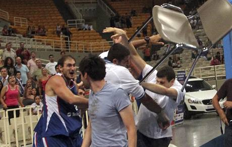Nenad Krstič (vlevo) ze Srbska hodil židli do klubka řeckých hráčů