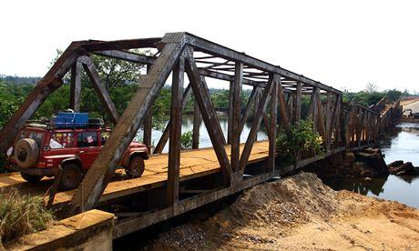 Angola. Přejezd přes spadlý most, který zprovoznili lidé z Člověka v tísni