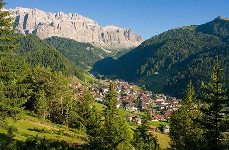 Městečko Selva Val Gardena je ze všech stran pevně sevřeno prudkými svahy