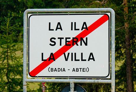 La ila, Stern, La villa – jedna z mnoha trojjazyčných cedulí, které jsou běžné v italské oblasti Alta-Badia. Pořadí jazyků bývá obvykle: italština, němčina, ladinština