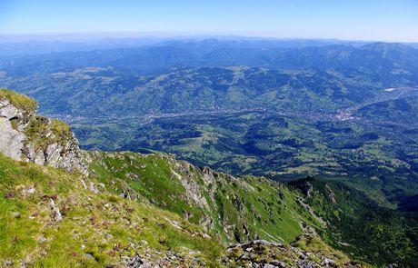 Rumunsko, Rodna. Výhled z Pietroşulu (2303 m)směrem na sever: dole Borşa, na obzoru pásma pohoří Maramureş a Černé Hory na Ukrajině