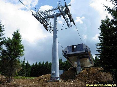 Jeseníky. V Koutech nad Desnou se dokončuje šestisedačka, jediná v Česku - horní stanice (10.8.2010)