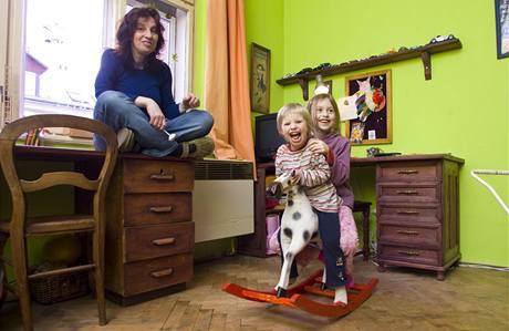 Tatínek truhlář vyrábí dětem také většinu hraček
