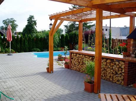 Praktická zámková dlažba je k bazénu ideální. Děti na ní neuklouznou