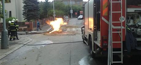 Požár proraženého plynového potrubí v Praze 6 (27.8. 2010)