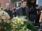 Tomáš Reichel z časopisu Host  (vpravo) na pohřbu Ludvíka Kundery v brněnských Bohunicích. (26. srpen 2010)
