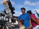 Vědci z brněnské VUT fotili na ostrovech v Tichém oceánu zatmění slunce - sluneční koronu. V modrém tričku Miloslav Druckmüller
