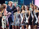 Donald Trump se soutěžícími před finálovým večerem - Miss Universe 2010