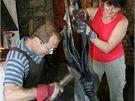 Na helfštýnském Hefaistonu ukazuje své dovednosti i umělecký kovář Poldi Habermann z Jihlavy i se svou manželkou.
