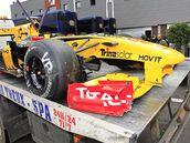 ŠPATNÉ PARKOVÁNÍ? NE. Vůz formule 1, který pilotuje Rus Vitalij Petrov, měl v kvalifikaci na Velkou cenu Belgie nehodu.