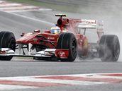 Fernando Alonso na trati deštivého pátečního tréninku Velké ceny Belgie.