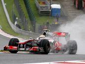 Lewis Hamilton (McLaren) na trati deštivého pátečního tréninku Velké ceny Belgie.