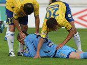 VYCHYTAL JSI JE. Tepli�t� fotbalist� David Kalivoda a Milan Matula d�kuj� po s�rii z�krok� brank��i Tom�i Grigarovi.