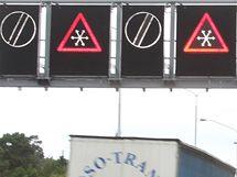 Informační cedule upozorní řidiče na dopravní situaci.
