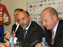 Tomáš Paclík (uprostřed) - nový majitel fotbalového klubu Viktoria Plzeň .