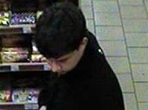 Policie hledá tyto mladíky, kteří na pumpě nakupovali před loupeží a mohli si tak pachatelů všimnout.