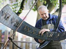 Kovář Josef Doležal při výrobě sluneční hodin během Dačické řežby