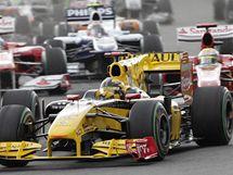 V TLAČENICI. Polák Robert Kubica ze stáje Renault se dere dopředu v průběhu Velké ceny Belgie.
