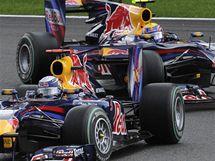 RED BULLY. Sebastian Vettel před stájovým kolegou Markem Webberem při Velké ceně Belgie.