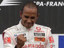 JO! Britský pilot formule 1 Lewis Hamilton ze stáje McLaren oslavuje vítězství ve Velké ceně Belgie.