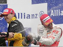 SPRCHA Č. 2. Jako by pilotům formule 1 nevadilo, že během Velké ceny Belgie hodně pršelo. Po závodě se ještě sprchují šampaňským. Při tradičním rituálu jsou zleva: druhý Mark Webber, třetí Robert Kubica a vítěz Lewis Hamilton.