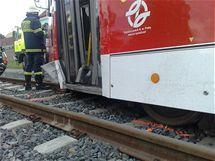 Nehoda auta a tramvaje ne křižovatce Poděbradské s Průmyslovou v Praze (24.8.2010)