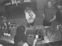 Policistům se podařilo získat fotografie z průmyslové kamery jedné z brněnských heren, kde je zachycen podezřelý s delšími, prošedivělými vlasy.
