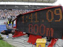 MĚNÍM HISTORII. Keňan David Rudisha nadšeně pózuje se světelnou tabulí, která ukazuje čas jeho světového rekordu na 800 m.