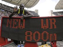 NOVÝ REKORDMAN. Keňský běžec David Rudisha oslavuje v cíli závodu na 800m vítězství i nový světový rekord.