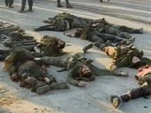 Těla islamistů, kteří zaútočili na čečenskou vesnici Centoroj, kde pobývá prezident Ramzan Kadyrov (29. srpna 2010)