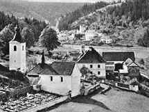 Stavbě orlické přehrady padlo za oběť mnoho vesnic. Na snímku je původně románský kostelík v Červené nad Vltavou (obec zanikla v roce 1960).
