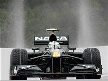 S GEJZÍRY V ZÁDECH. Pilot Lotusu Kovalainen při prvním tréninku Velké ceny Belgie.