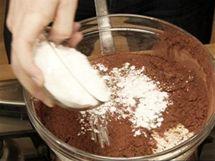 Na �okol�dovou polevu p�idejte do misky (ve vodn� l�zni) ke smetan� s rozpu�t�n�m m�slem je�t� kakao a mou�kov� cukr