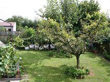 Na užitkové části zahrady je starostlivá péče majitelky také vidět