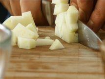 Zhruba 120 gramů sýru pecorino nebo jiného měkčího ovčího sýru nakrájejte na kostičky