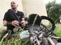 Petr Fiedor na hoře Říp poté, co ho vyšel s botami naplněnými střepy