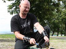 Petr Fiedor rozbíjí lahve, aby měl ostré střepy do bot v nichž vyšel Sněžku, Říp i Blaník