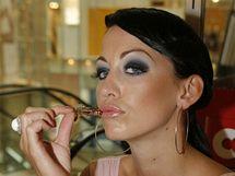 Agáta Hanychová vzala brouky a žabí stehýnka do pusy, ale nic nespolkla