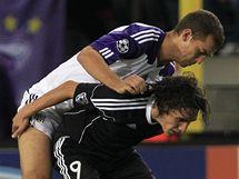 Jeden z hráčů Anderlechtu Brusel se snaží zastavit kanonýra Partizanu Bělehrad Clea, který si si kryje míč tělem.