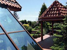 Cihlová terasa a rovný trávník u domu slouží majitelům k relaxaci a k letním posezením s přáteli