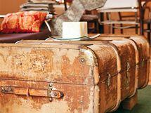 Konferenční stolek nahrazuje starý lodní kufr