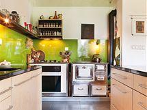 Nahlédnutí do varného centra, které tvoří dvoje letitá kuchyňská kamna, do jedněch byly instalovány spotřebiče značky Gorenje – elektrická trouba a varná deska s plynovými hořáky